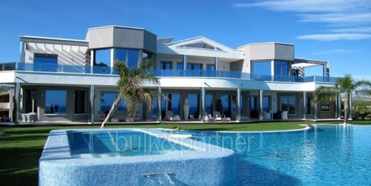 Elegant waterfront luxury villa in Moraira