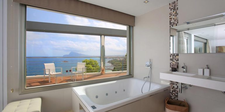 Exclusive first line luxury villa in Altéa Campomanes - Master bathroom sea views - ID: 5500659