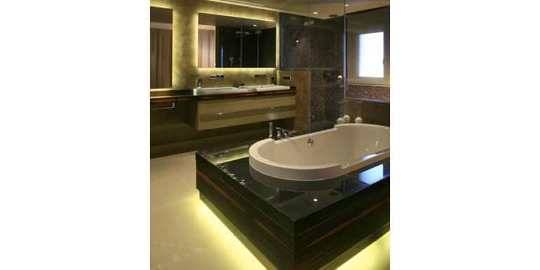Unique luxury villa in exposed location in Moraira Paichi - Master bathroom with free-standing bathtub - ID: 5500660