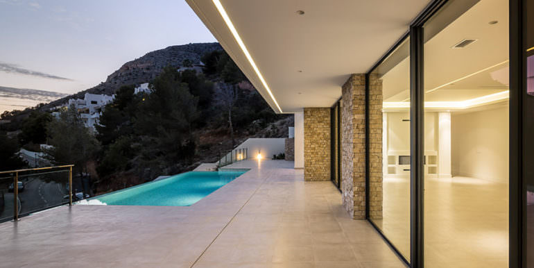 Modern luxury villa with sea views in Altéa Hills - Covered pool terrace illuminated - ID: 5500676 - Architecture by Pepe Giner - Photographer Germán Cabo