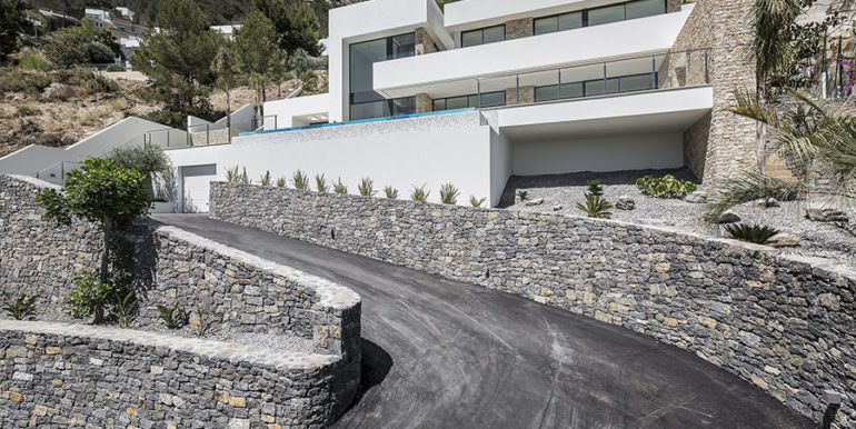 Modern luxury villa with sea views in Altéa Hills - Driveway and villa - ID: 5500676 - Architecture by Pepe Giner - Photographer Germán Cabo