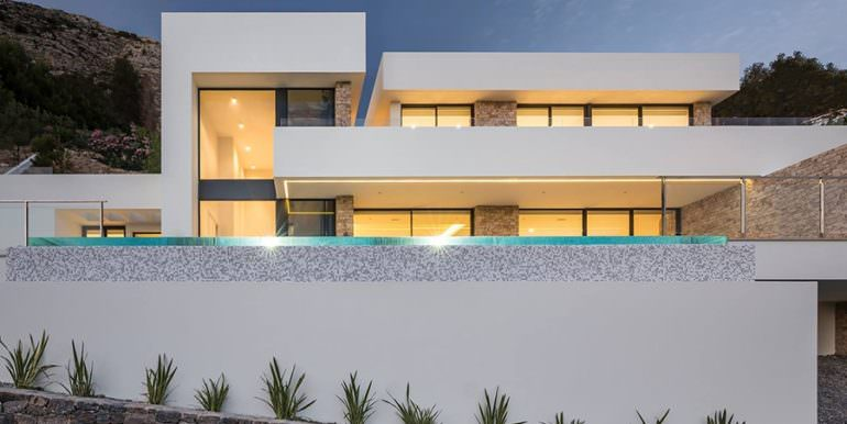 Modern luxury villa with sea views in Altéa Hills - Front of the villa illuminated - ID: 5500676 - Architecture by Pepe Giner - Photographer Germán Cabo