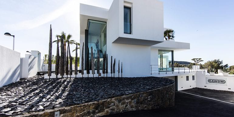 New villa in minimalist style with sea views in Moraira El Portet - Side view and entrance underground car park - ID: 5500633 - Photographer: Michael van Oosten