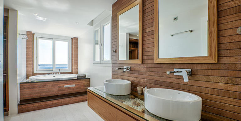 Seafront luxury villa in Benissa Cala Advocat - Bathroom with jacuzzi and sea views - ID: 5500677