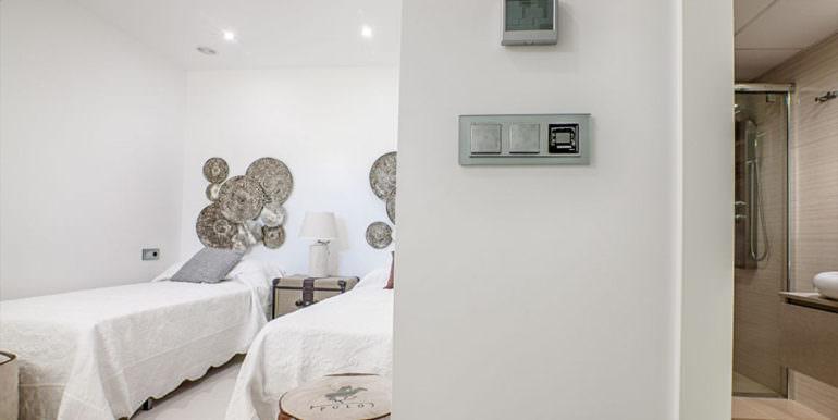 Seafront luxury villa in Benissa Cala Advocat - Bedroom with bathroom - ID: 5500677