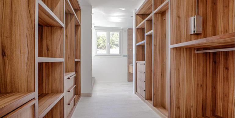 Seafront luxury villa in Benissa Cala Advocat - Dressing room with wardrobes - ID: 5500677