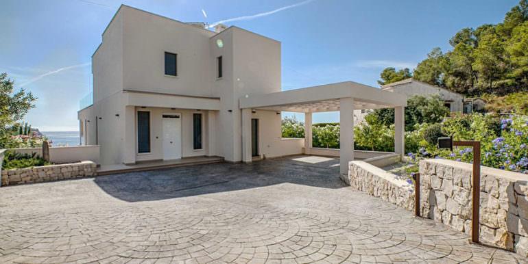 Seafront luxury villa in Benissa Cala Advocat - Entrance and carport with sea views - ID: 5500677