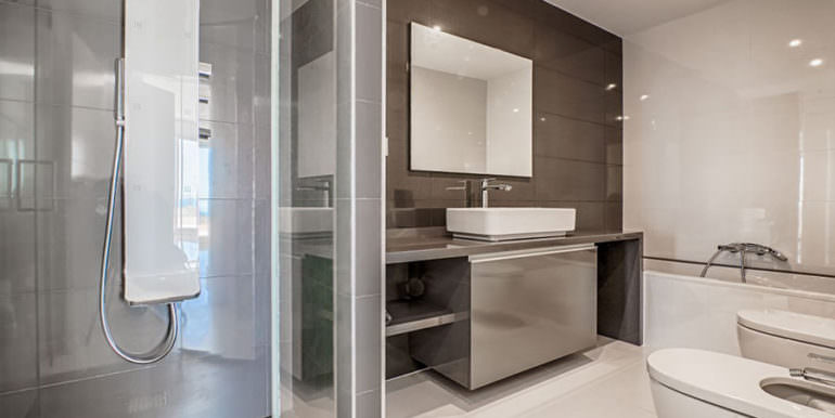 Wonderful new villa with stunning sea views in Moraira San Jaime/Moravit - Bathroom with shower and bathtub - ID: 5500675
