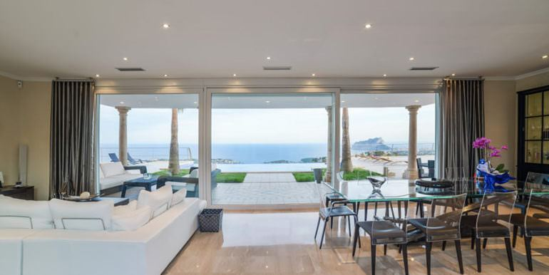 Luxury property in prime location with breathtaking sea views in Moraira Coma de los Frailes - Living and dining area with sea views - ID: 5500661