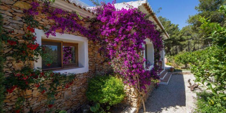 Exclusive Finca property with privacy in Jávea Cuesta San Antonio/La Plana - Natural stone wall with flowers - ID: 5500679