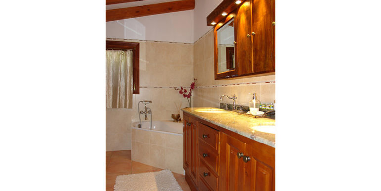 Stone finca with gardens and sea views in Benissa Canor - Bathroom with bathtub - ID: 5500007 - Photographer Torsten Bulk