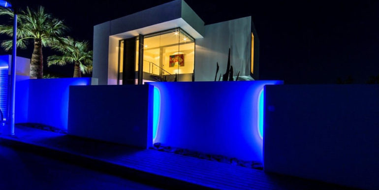 New villa in minimalist style with sea views in Moraira El Portet - Side view illuminated - ID: 5500663 - Architect Carlos Gilardi (Equipo Digitalarq S.L.) - Photographer Michael van Oosten - Villa CAWOW