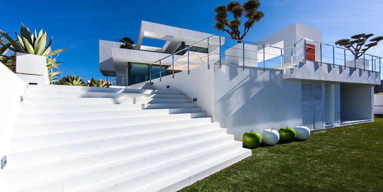 New villa in minimalist style with sea views in Moraira El Portet - Stairs from the pool terrace to the garden - ID: 5500663 - Architect Carlos Gilardi (Equipo Digitalarq S.L.) - Photographer Michael van Oosten - Villa CAWOW
