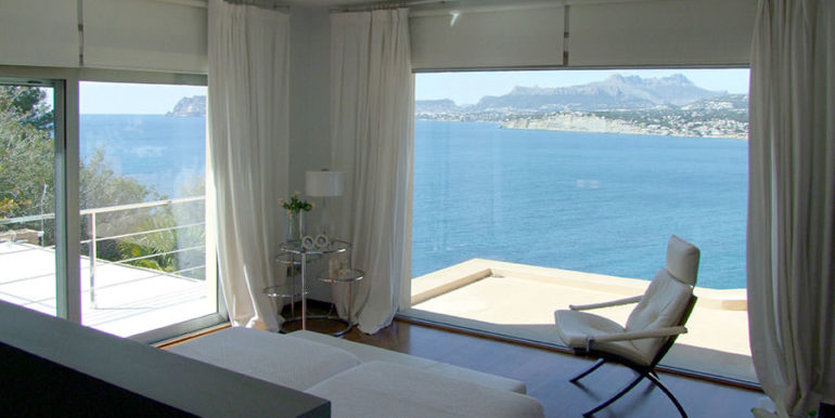 Superb luxury villa in prime location in Moraira El Portet/Cap d'Or - Master bedroom with sea and panoramic views - ID: 5500689 - Architect Joaquín Lloret - Photographer Torsten Bulk