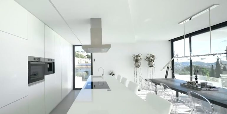 Luxury villa with perfect sea views in Moraira Benimeit - Open kitchen and dining area - ID: 5500670 - Architect Ramón Gandia Brull (RGB Arquitectos)