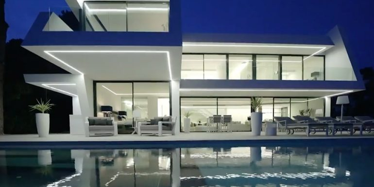 Luxury villa with perfect sea views in Moraira Benimeit - Villa and pool terrace by night illuminated - ID: 5500670 - Architect Ramón Gandia Brull (RGB Arquitectos)