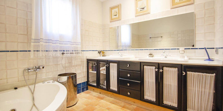 Frontline villa in Benissa Les Bassetes - Bathroom with bathtub - ID: 5500695