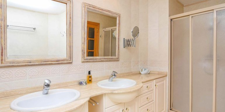 Frontline villa in Benissa Les Bassetes - Bathroom with shower - ID: 5500695