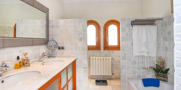 Frontline villa in Benissa Les Bassetes - Master bathroom with bathtub - ID: 5500695