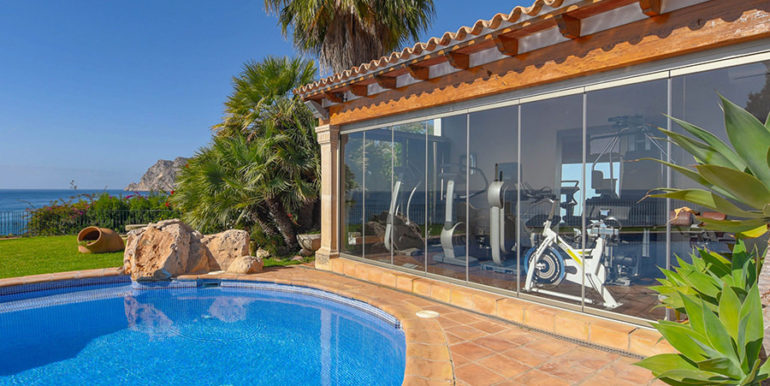 Frontline villa in Benissa Les Bassetes - Pool and fitness area - ID: 5500695