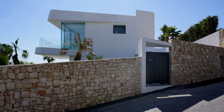 Luxury villa with beautiful sea views in Moraira Benimeit - Entrance and villa from the street - ID: 5500671 - Architect Ramón Gandia Brull (RGB Arquitectos) - Photographer Torsten Bulk