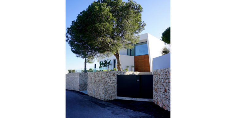 Luxury villa with perfect sea views in Moraira Benimeit - Entrance and villa from the street - ID: 5500670 - Architect Ramón Gandia Brull (RGB Arquitectos)