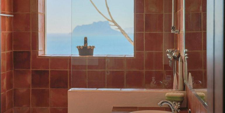 Außergewöhnliche Luxusvilla im Ibiza-Style in Moraira El Portet - Badezimmer mit Dusche und Meerblick - ID: 5500687 - Architekt Joaquín Lloret
