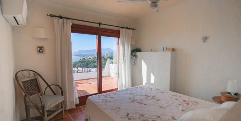 Außergewöhnliche Luxusvilla im Ibiza-Style in Moraira El Portet - Schlafzimmer mit Terrasse und Meerblick - ID: 5500687 - Architekt Joaquín Lloret
