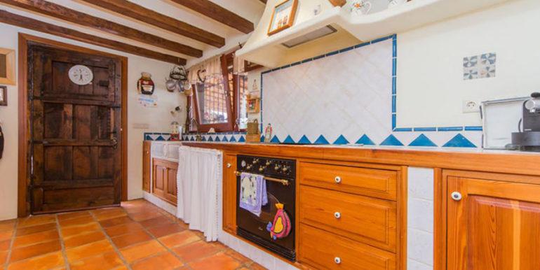 Außergewöhnliche Luxusvilla im Ibiza-Style in Moraira El Portet - Küche mit Tür zur Terrasse - ID: 5500687 - Architekt Joaquín Lloret