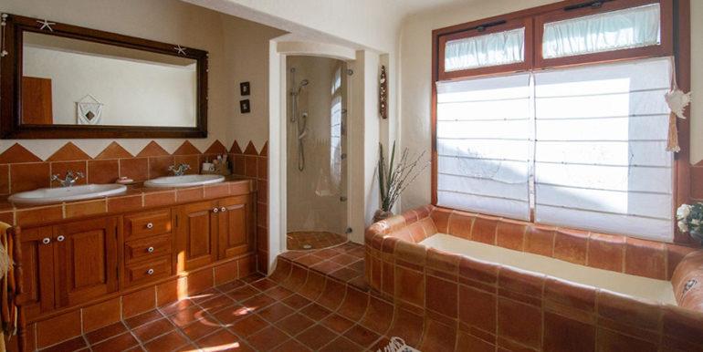 Außergewöhnliche Luxusvilla im Ibiza-Style in Moraira El Portet - Hauptbadezimmer mit Badewanne - ID: 5500687 - Architekt Joaquín Lloret
