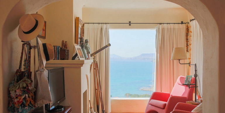 Außergewöhnliche Luxusvilla im Ibiza-Style in Moraira El Portet - Hauptschlafzimmer mit Kamin und Meerblick - ID: 5500687 - Architekt Joaquín Lloret