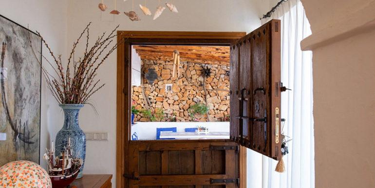 Außergewöhnliche Luxusvilla im Ibiza-Style in Moraira El Portet - Alte Tür - ID: 5500687 - Architekt Joaquín Lloret
