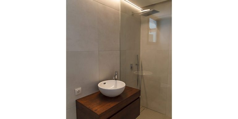 Luxury villa with beautiful sea views in Moraira Benimeit - Bathroom with shower - ID: 5500671 - Architect Ramón Gandia Brull (RGB Arquitectos)