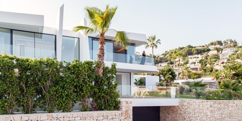 Luxury villa with beautiful sea views in Moraira Benimeit - Front and garage - ID: 5500671 - Architect Ramón Gandia Brull (RGB Arquitectos)