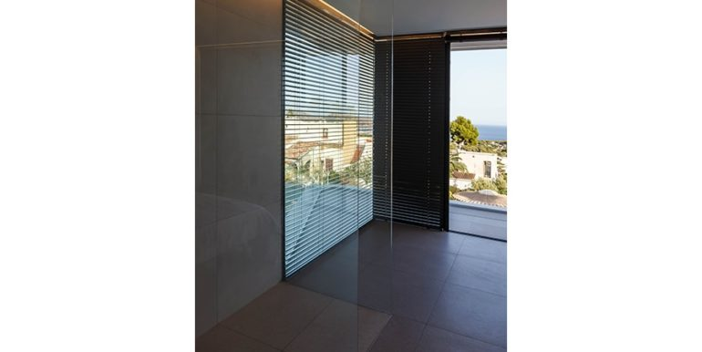 Luxury villa with beautiful sea views in Moraira Benimeit - Master bedroom with shower and sea views - ID: 5500671 - Architect Ramón Gandia Brull (RGB Arquitectos)