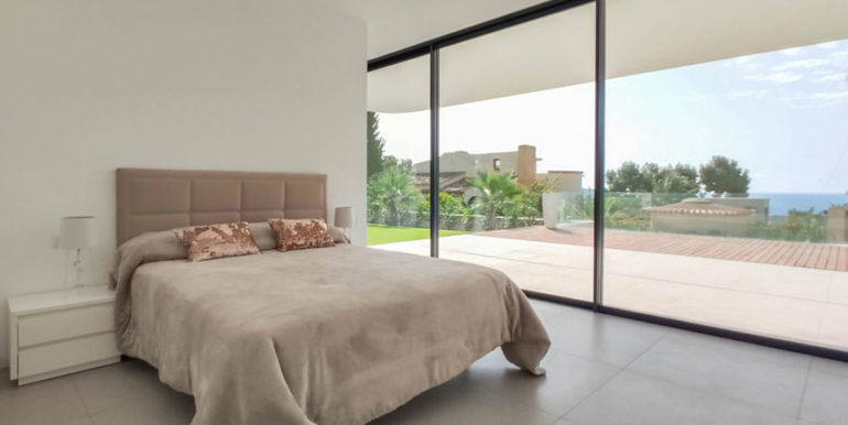 Luxury villa with beautiful sea views in Moraira Benimeit - Ground floor bedroom with access to the pool terrace and with sea views - ID: 5500671 - Architect Ramón Gandia Brull (RGB Arquitectos)