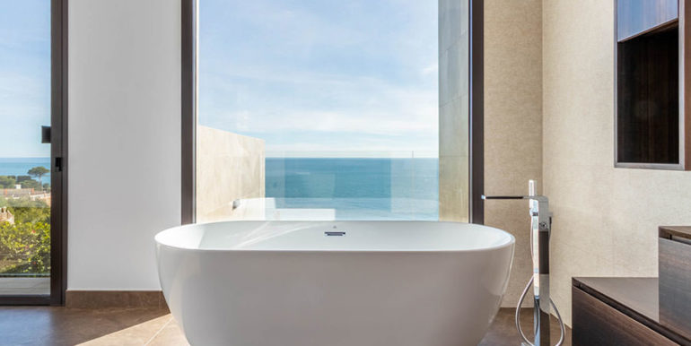 Villa de lujo de nueva construcción en Jávea Balcón al Mar - Dormitorio principal con bañera y vistas al mar - ID: 5500698