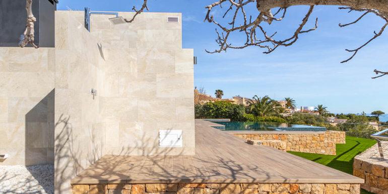 Villa de lujo de nueva construcción en Jávea Balcón al Mar - Ducha exterior y vista lateral de la terraza - ID: 5500698
